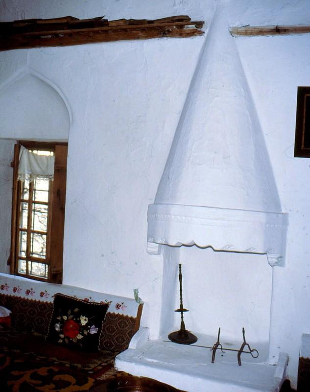 04-JU Cheminée de la maison féodale turque