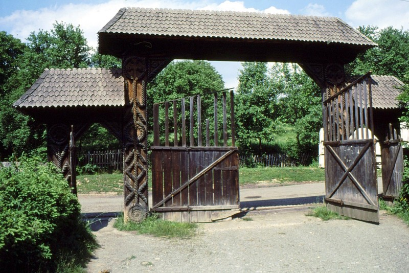1993 04 Portail de l'enclos de la basilique