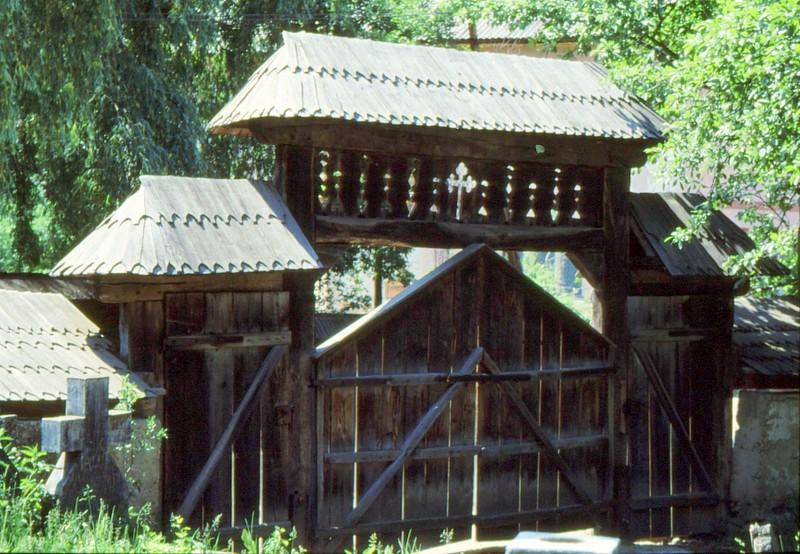 1993 18 Portail de l'enclos de l'église de Bogdan Voda