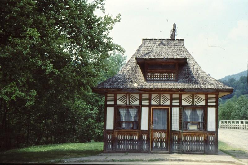 1993 21 Maison à bandeaux peints
