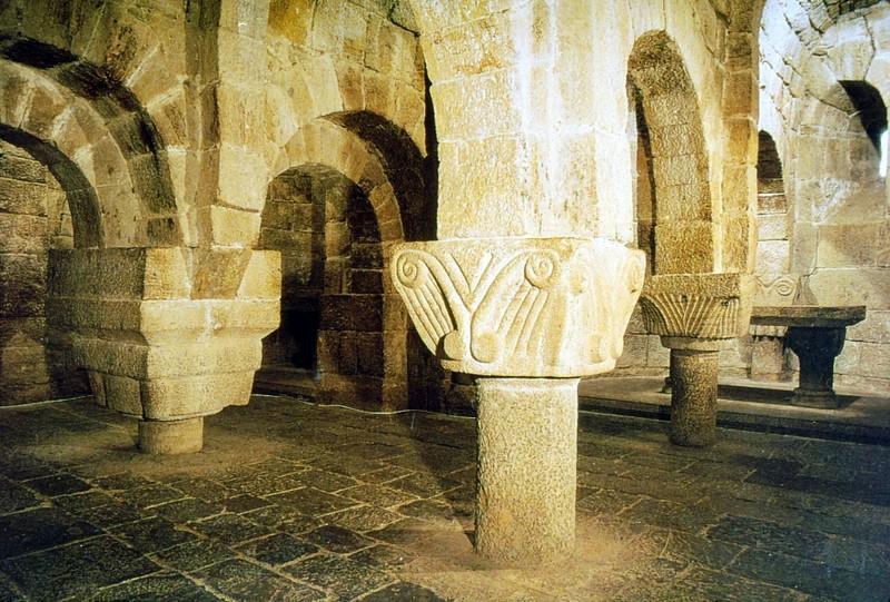 Crypte du 11e siècle de l'église de Leyre
